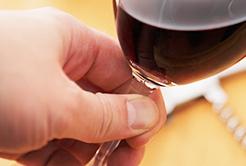 Como segurar a taça de vinho?